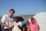 趙煥明到孟加拉邊境,向來自緬甸的難民家庭派發緊急糧食。(圖:宣明會).jpg
