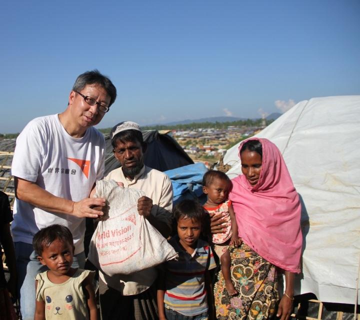趙煥明到孟加拉邊境,向來自緬甸的難民家庭派發緊急糧食。(圖:宣明會)
