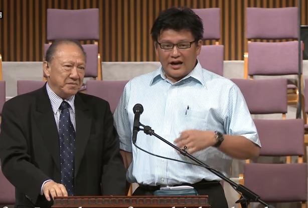 唐文廉(右)分享先讀物理後讀神學的原因。(圖:唐崇榮國際佈道團視頻)