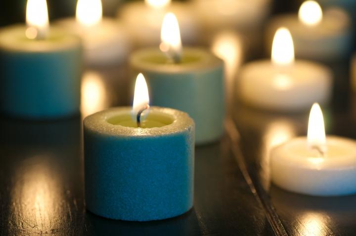 藍色聖誕節服務其中一個環節會燃點蠟燭紀念曾經所愛的人(圖:網絡圖片)