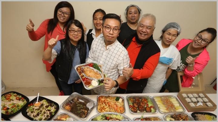 五餅二魚美食料理提供到會服務,右三為林文岳牧師 (圖:網絡圖片)