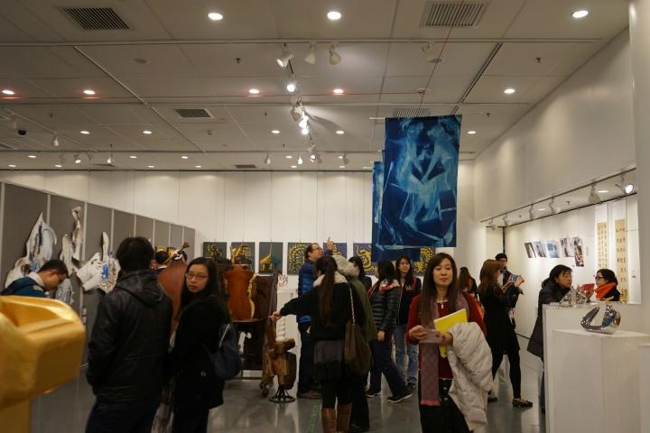 「2017祝福亞洲藝術展」正式開幕,參觀者投入觀賞。(圖:基督日報)