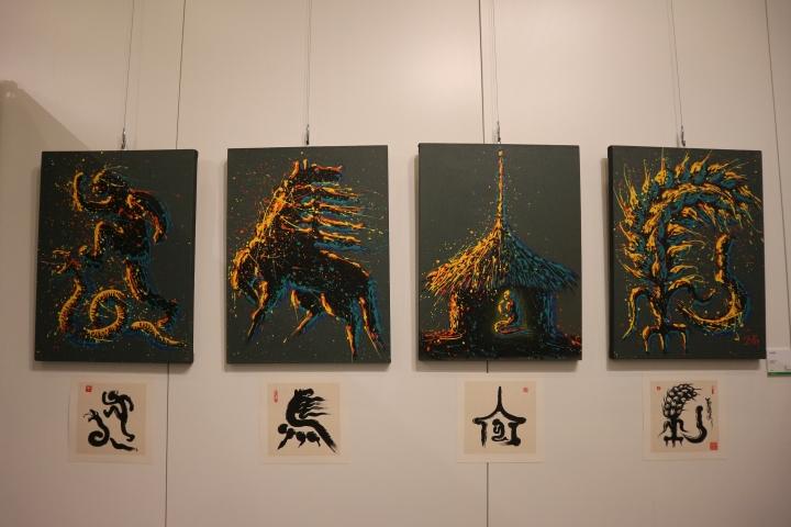衛林近年以中國象形文字做出作品,圖為「以馬內利」(60x80x4cm,布畫)(圖:基督日報)