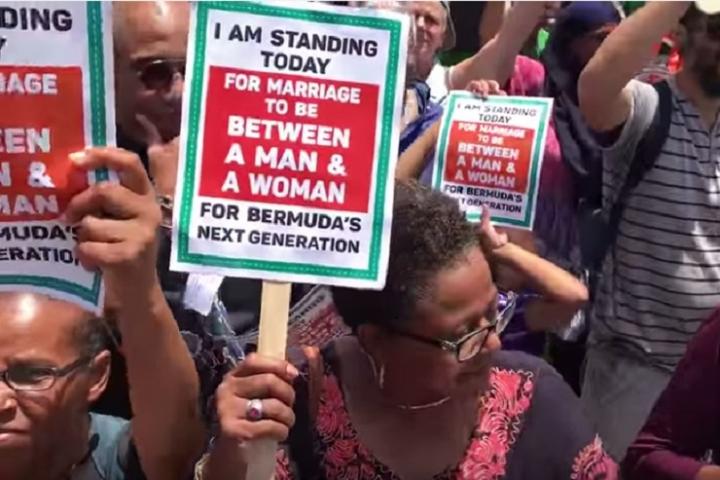 百慕達民眾反對最高法院大法官去年通過同性婚姻合法化(圖:網絡圖片)