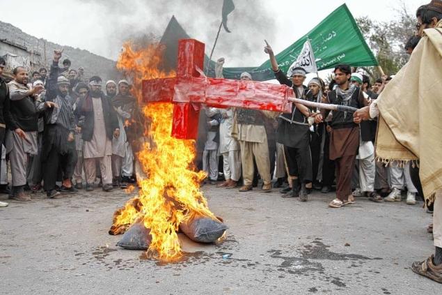 在阿富汗,暴徒焚燒基督教十字架。(圖:Voice of the Persecuted)
