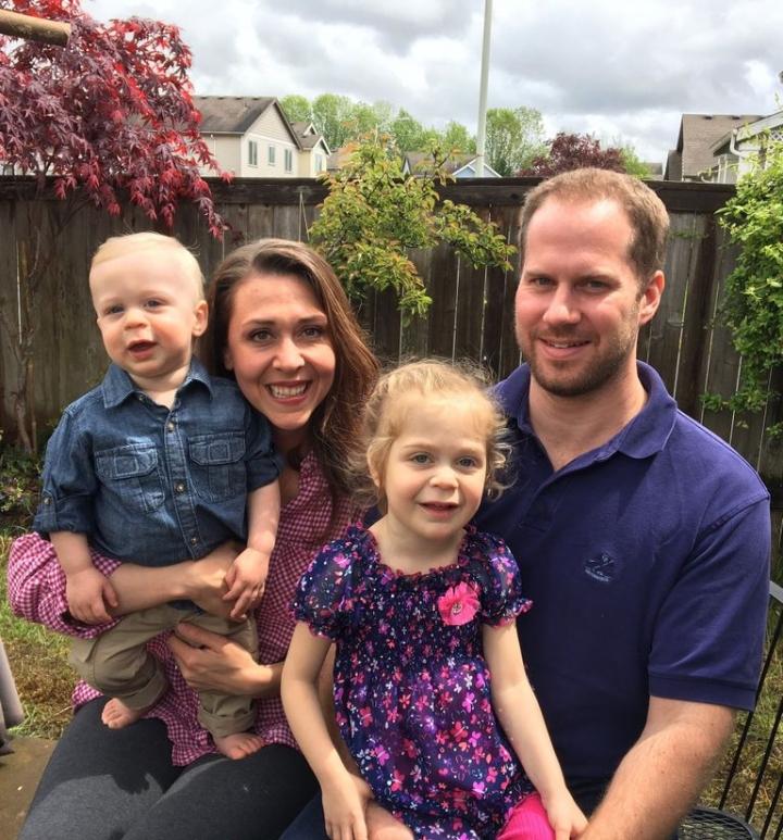 共和黨眾議員傑米·埃雷拉·博伊特勒的女兒(右二)已經活到4歲(圖:網絡圖片)