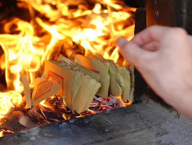 燒紙錢是春節習俗之一。(圖:網絡圖片)