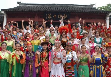 少數民族節各人歡聚一起。(圖:網絡圖片)
