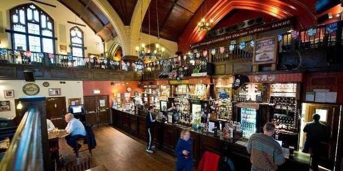 位於倫敦北部馬斯韋爾山一間輝煌的歐洲教堂被改換為酒吧。(圖:AFP)