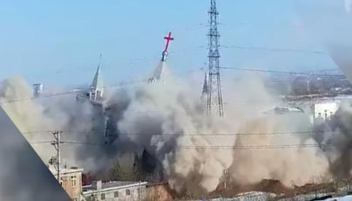 中國被美國列入干預宗教自由國家之一。國為山西臨汾金燈台教會被拆毁倒下一刻。(圖:網絡圖片)
