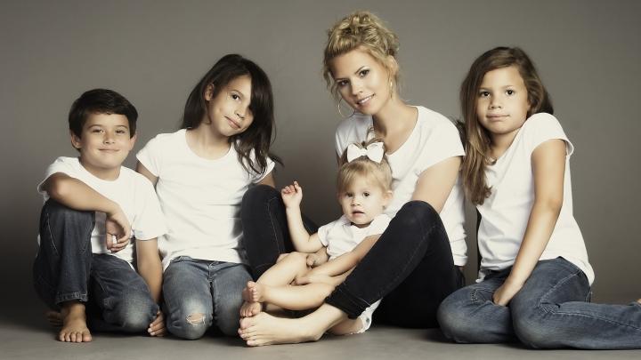 亨德森早前的家庭照, 現時她孕有五名孩子(圖: 網絡圖片)