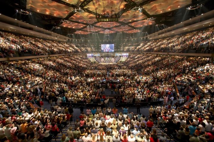 巨型教會由魅力牧師維繫是否良策?(圖:維基百科)