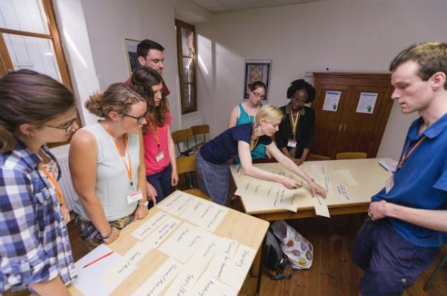 參加者在小組項目合作。(圖:威克理夫國際聯會)