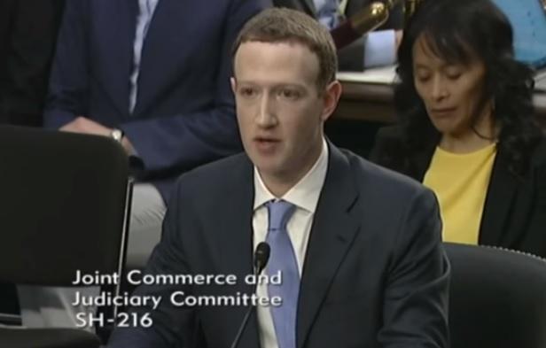 朱克伯格(Mark Zuckerberg)出席美國國會聽證會,就臉書用戶數據洩露事件接受調查。(YOUTUBE/USATODAY LIVESTREAM截圖)