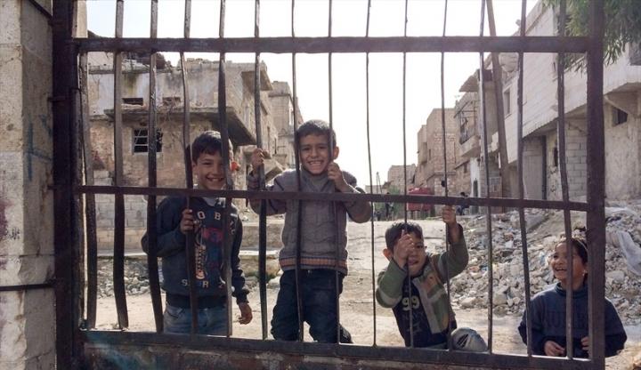 敘利亞戰火下,男童外出攀爬耍樂。(圖:「敞開的門」)