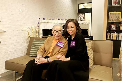 小金子(左)與藝人鄧萃雯在「喜樂婆婆會客室」節目。(圖:網絡圖片)