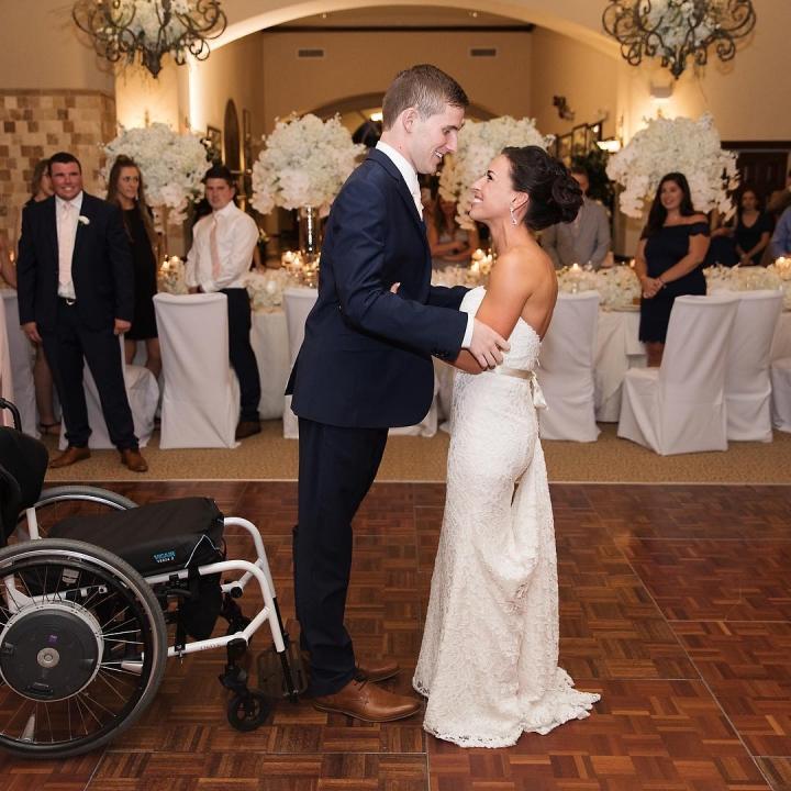 七年前因一次球賽意外而終身癱瘓的基督徒青年克里斯.諾頓(Chris Norton)靠著信仰克服了種種的不可能,4月21日在神面前與妻子立下婚約,並站起來與新娘一同走過了長達七碼的「紅地毯」。(Facebook/Chris Norton)