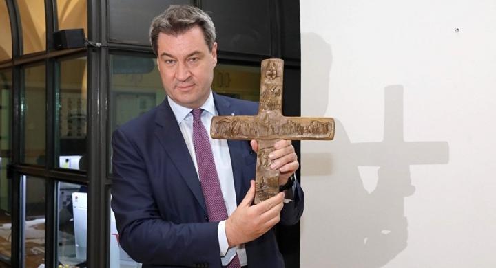 德國巴伐利亞州(Bavaria)州長索德(Markus Söder)4月24日他在推特上貼出自己手持一個裝飾華麗的十字架的照片,該十字架是前慕尼黑紅衣主教贈送的禮物。(Twitter@Markus_Soeder)