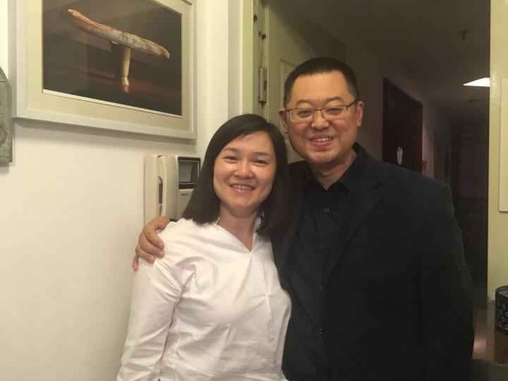 5月12日晚上10時許,獲釋的王怡牧師通過秋雨聖約教會官方臉書登上一張與太太的合照報平安。(秋雨聖約教會/Facebook)