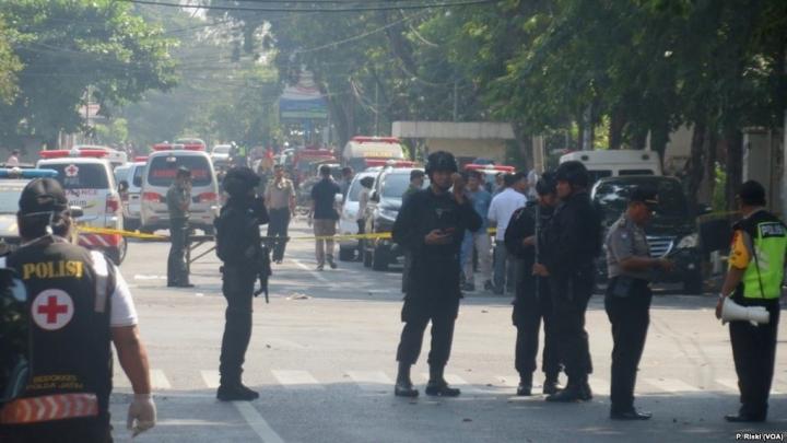 警察在印尼第二城市泗水一天主教堂外戒備(VOA News)