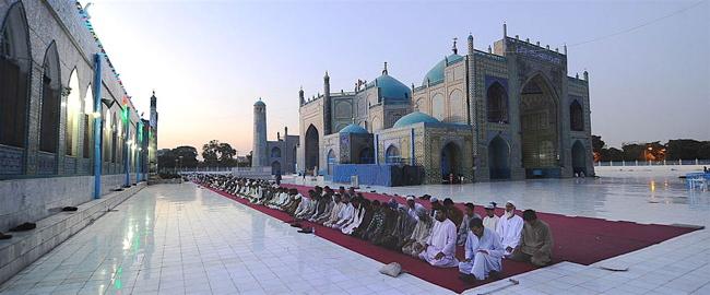 穆斯林男人在齋月期間在阿富汗的'藍色清真寺'祈禱.(Creative Commons)