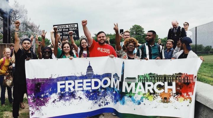 杰弗裡·麥考爾參加「自由遊行」(Freedom March) 見證神為他帶來力量改變自由。 (圖: churchmilitant)