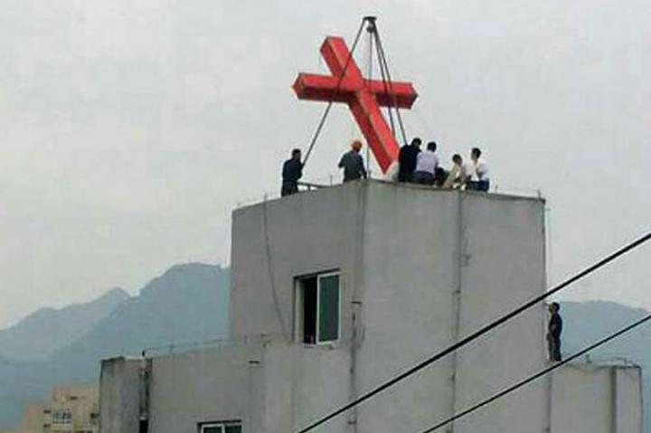 在中國,教堂屋頂的十字架被拆除。(圖:對華援助會)