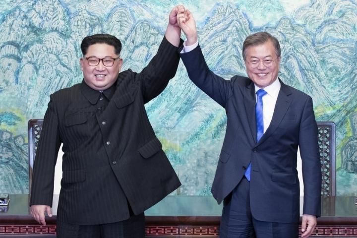 朝鮮領導人金正恩(左)與南韓總統文在寅握手 (圖:網絡圖片)