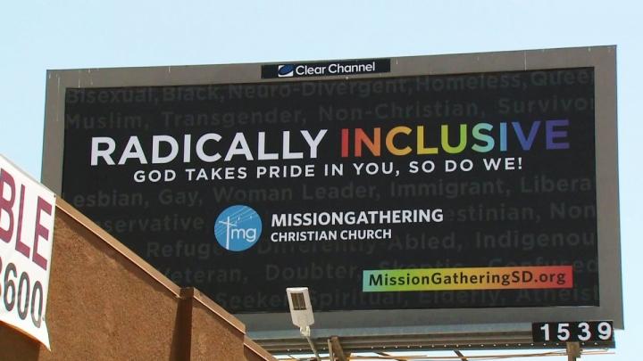 聖地牙哥一家同性戀酒吧頂樓上放置基督會的廣告牌信息(圖:網絡圖片)