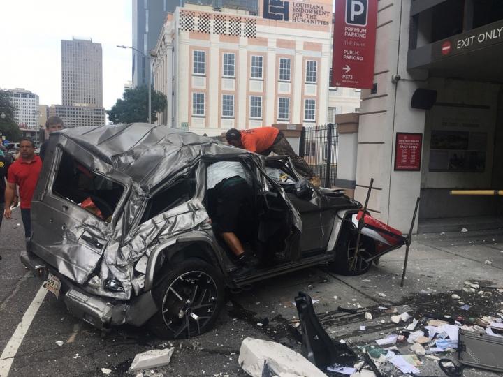 車輛從紐奧良市中心停車場四層墜落,眾人救助 (圖:來自網絡)