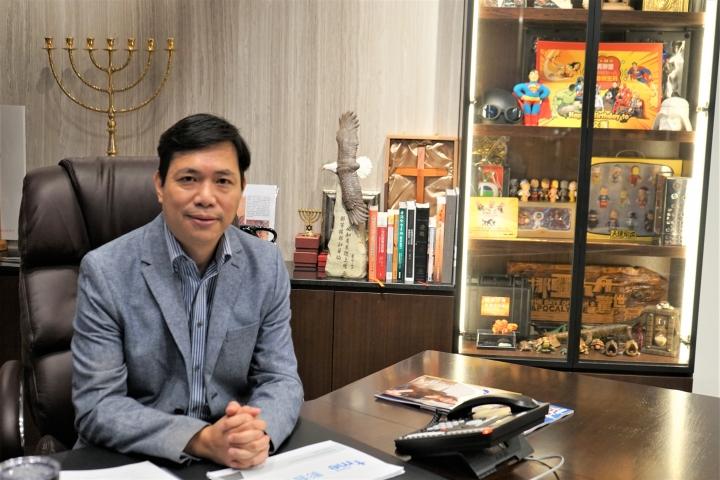 袁文輝的辦公桌是他禱告求問上帝的專位。(圖:基督日報)