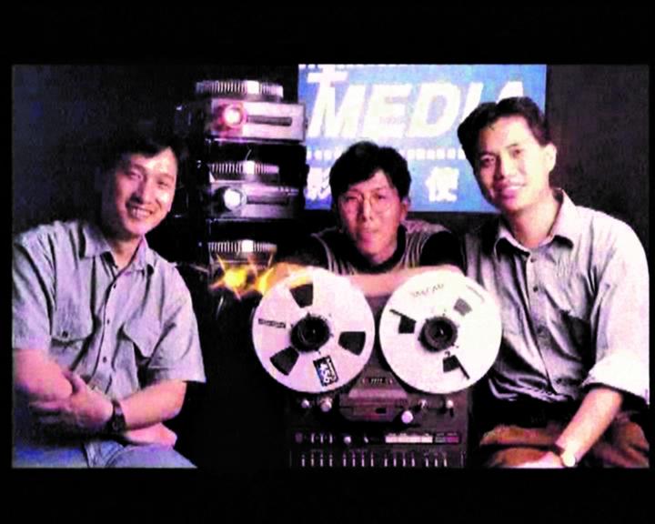 創作幻燈片是早期影音使團的事工,袁文輝(右)與志同道合者珍貴留影。(圖:影音使團)