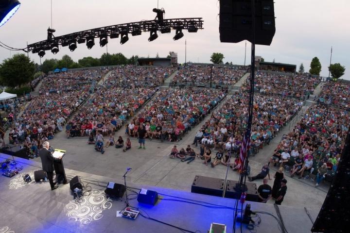 葛福臨牧師8月1日起展開「美國決定之旅•太平洋西北」佈道巡迴(Decision America Pacific Northwest Tour),首日在梅德福(Medford)的聚會就有9,000多人參加。(圖:葛培理佈道團)