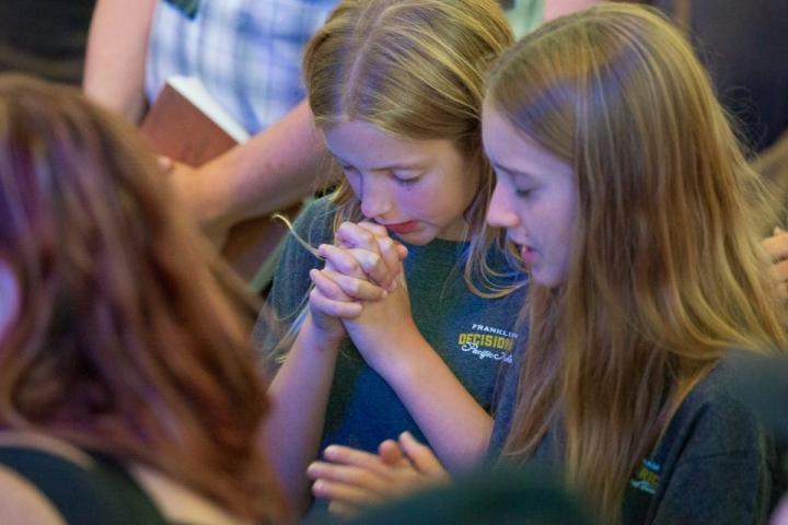 從附近的城市特別來參加Medford聚會的一名女生說,她已經為聚會禱告了一個星期,她很高興看到許多人來了。(圖:葛培理佈道團)