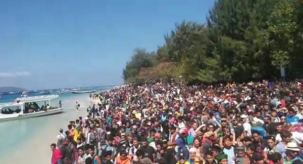 民眾聚集岸邊,在吉利群島等候撤離。(圖:來自網絡)