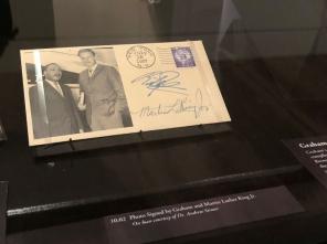 葛培理牧師和馬丁·路德·金簽名合照 (圖:THE CHRISTIAN POST)