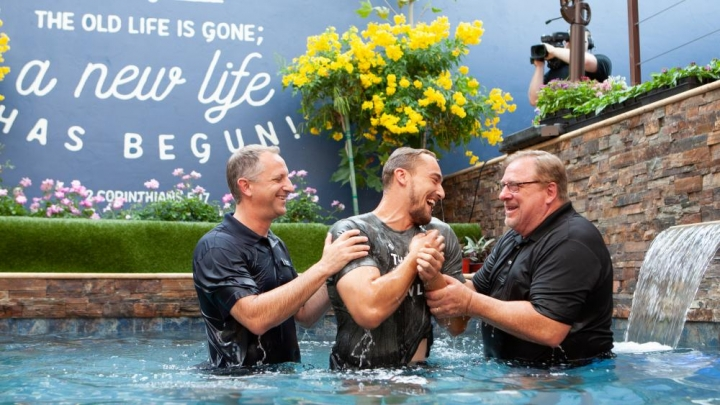 華理克牧師(右)在8月12日為人施洗 (圖:馬鞍峰教會官網)