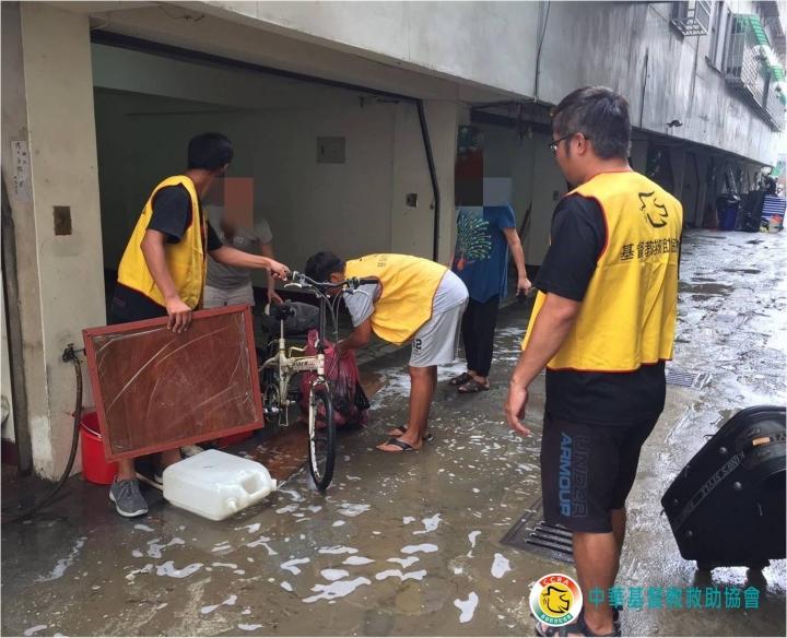 基督教救助協會派出志工隊協助嘉義水災災民清理家具。(圖:基督教救助協會Facebook)