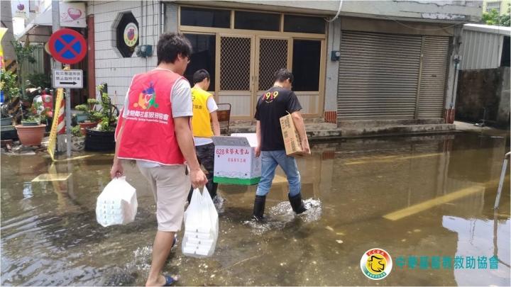基督教救助協會派出志工為嘉義水災災民送餐。(圖:基督教救助協會Facebook)