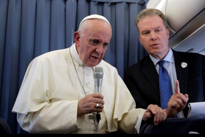 天主教教宗方濟各結束愛爾蘭訪問回國途中接受採訪 (圖:來自路透社)