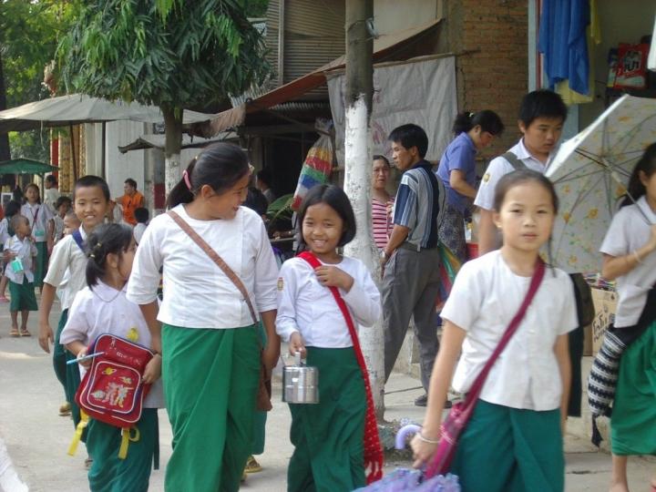 緬甸街頭的學童。(圖:FreeImage)