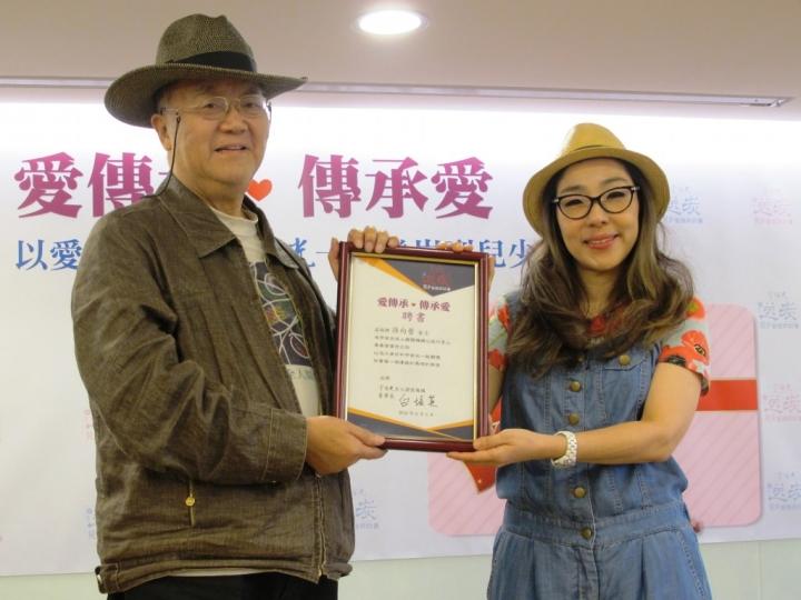 孫向瑩接棒父親宇宙光公益大使,左為宇宙光總幹事林治平 (圖:來自網絡)