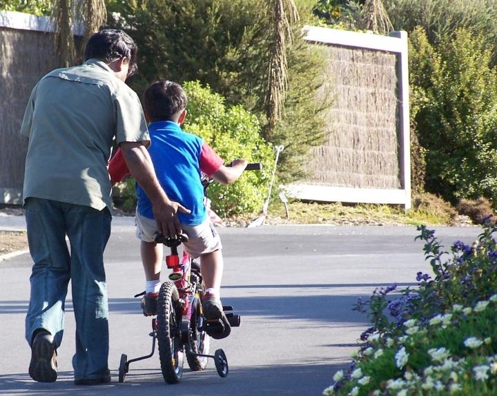 子女負責怎樣走自己的路,父母角色不斷轉變。(圖:FreeImage)