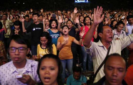 2014年12月13日,印尼基督徒在雅加達Gelora Bung Karno體育場舉行聖誕節禱告讚美。 (圖:路透社/ Beawiharta)