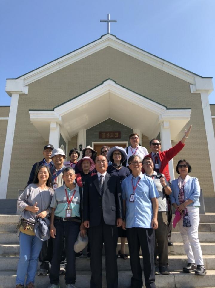 范秉添牧師一行人與七谷堂金牧師在教堂前合照 (圖:范秉添牧師)