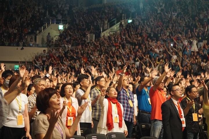 會眾舉手禱告 (圖:GOOD TV)
