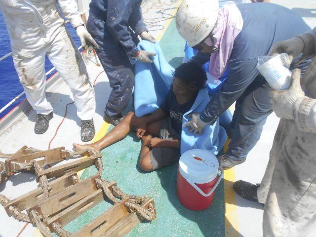 阿爾迪被救上船(圖:印尼駐日本大阪領事館臉書)