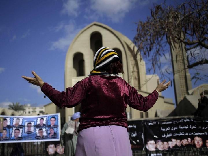 在ISIS屠殺前,科普特婦女為21位被拘留的同胞禱告 (圖:來自網絡)