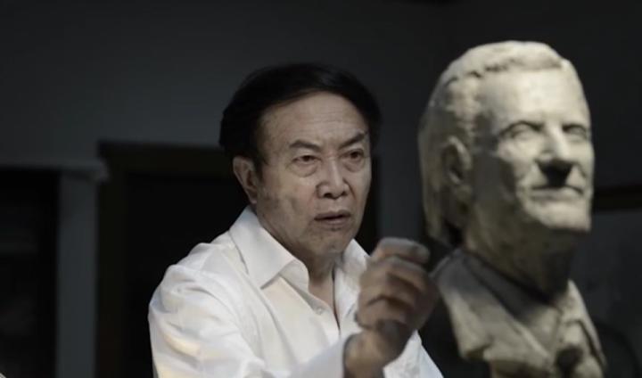 中國頂級雕塑家袁熙坤正在創作葛培理牧師全身像 (圖:葛培理佈道協會官網)