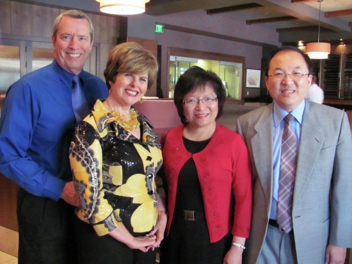 劉彤牧師和妻子劉梅蕾(右)、辛迪和麥克夫婦(左)(圖:來自網絡)